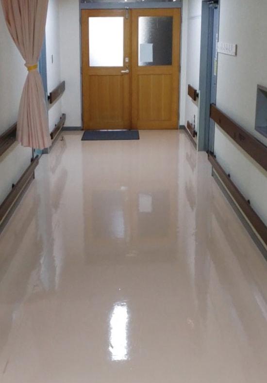 照明が反射している床