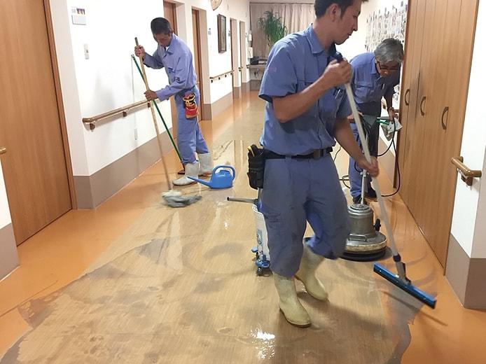 床清掃の様子