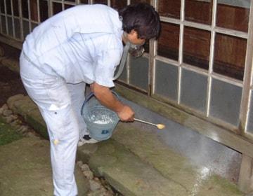 ムカデ防除の粉剤散布