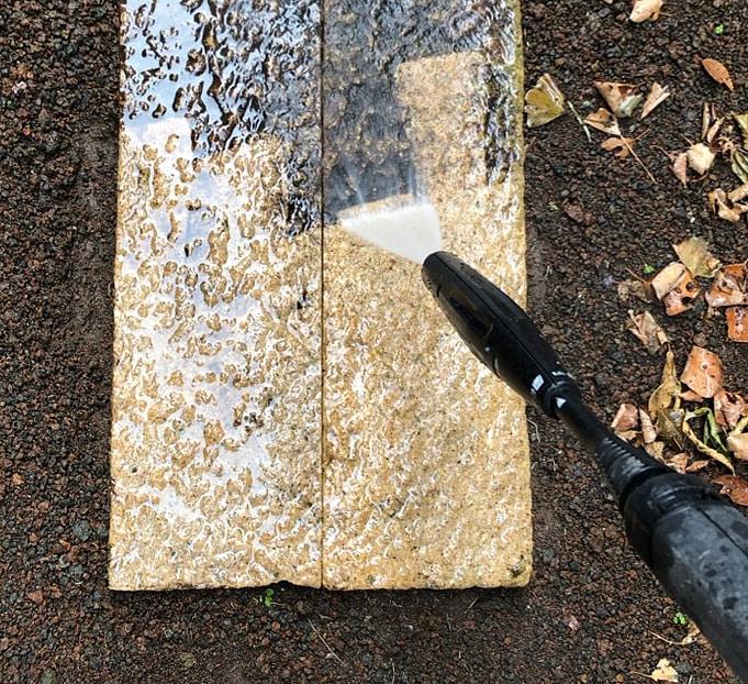 滑りやすい石畳を高圧洗浄機で洗い流す