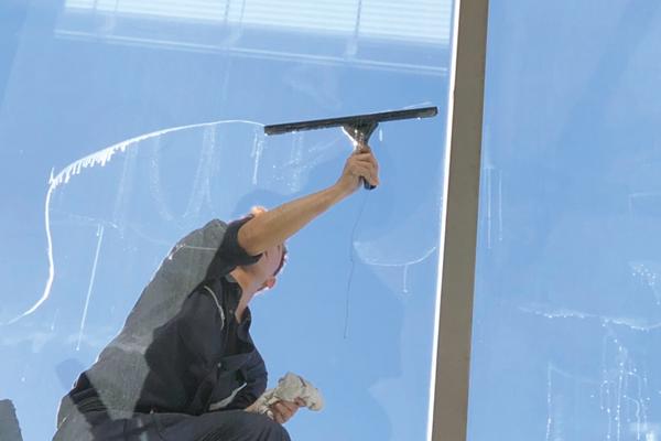 高い所の窓清掃の様子